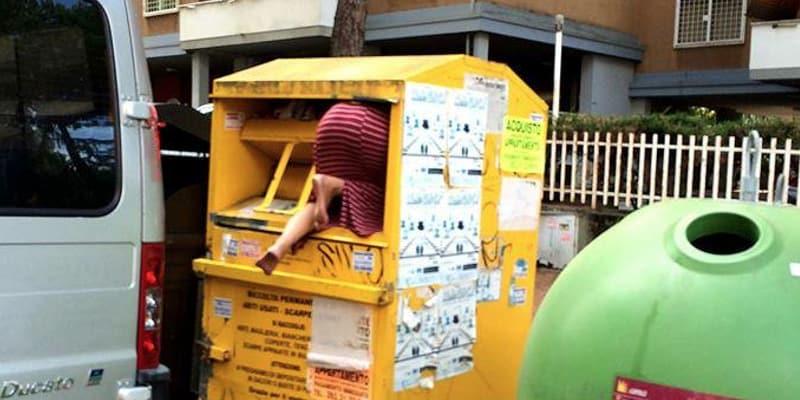 best website 61855 8400e Roma: donna ruba vestiti dal cassonetto degli abiti usati ...