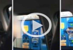 Fabio Spano paga il biglietto al casello autostradale