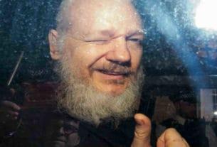Julian Assange pollice all'insù