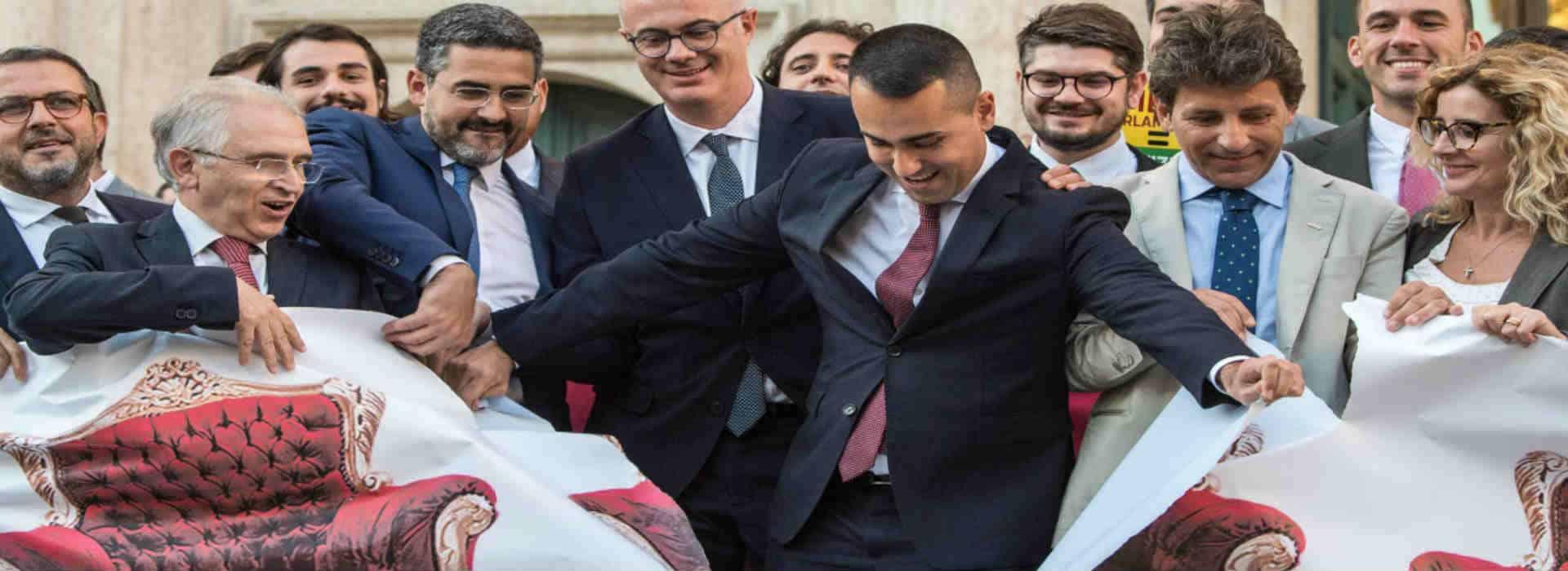 Luigi Di Maio strappa un manifesto davanti Montecitorio