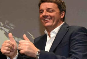 Matteo Renzi sorridente con i pollici alzati