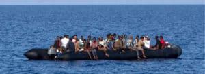 Immigrati su gommone in mare.