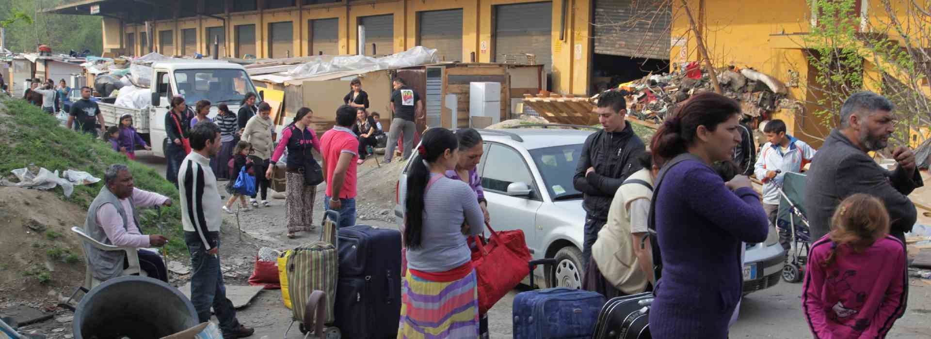 """Rom a caccia di alloggi. Il terrore dei cittadini di Lorenteggio: """"Facciamo turni di vigilanza"""""""