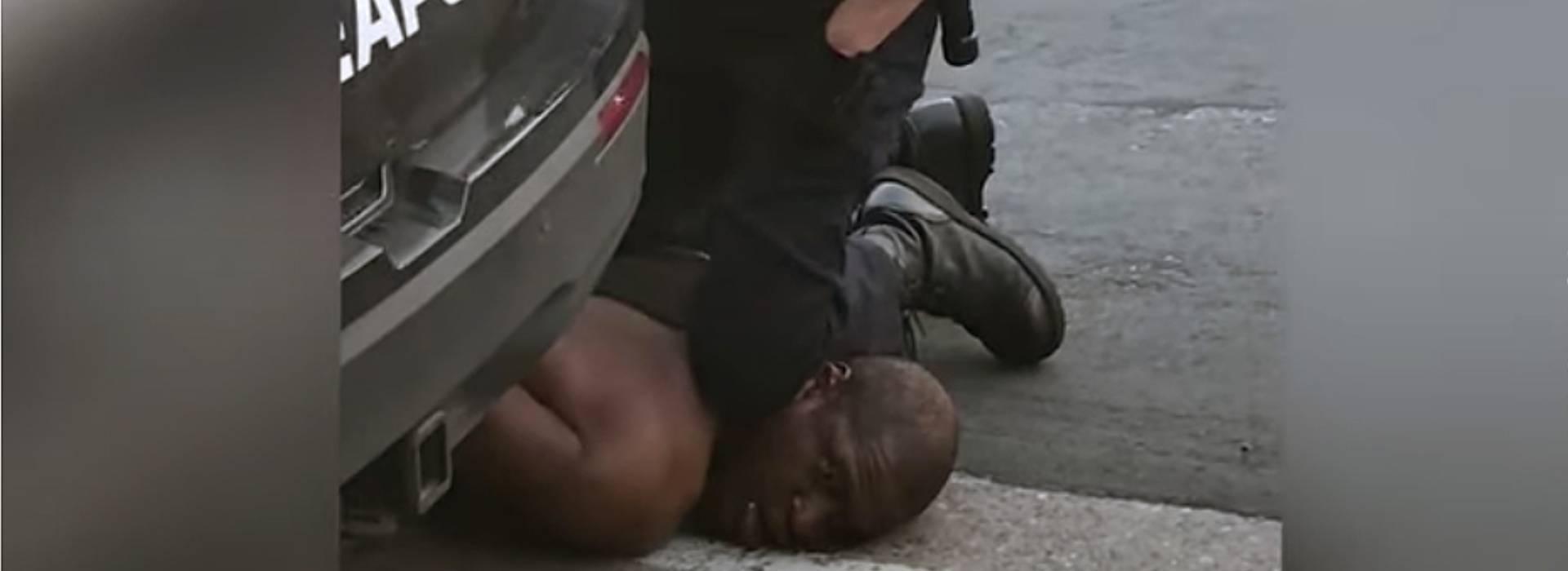 """""""Non riesco a respirare"""", la tragica fine di George Floyd, ucciso da un poliziotto"""