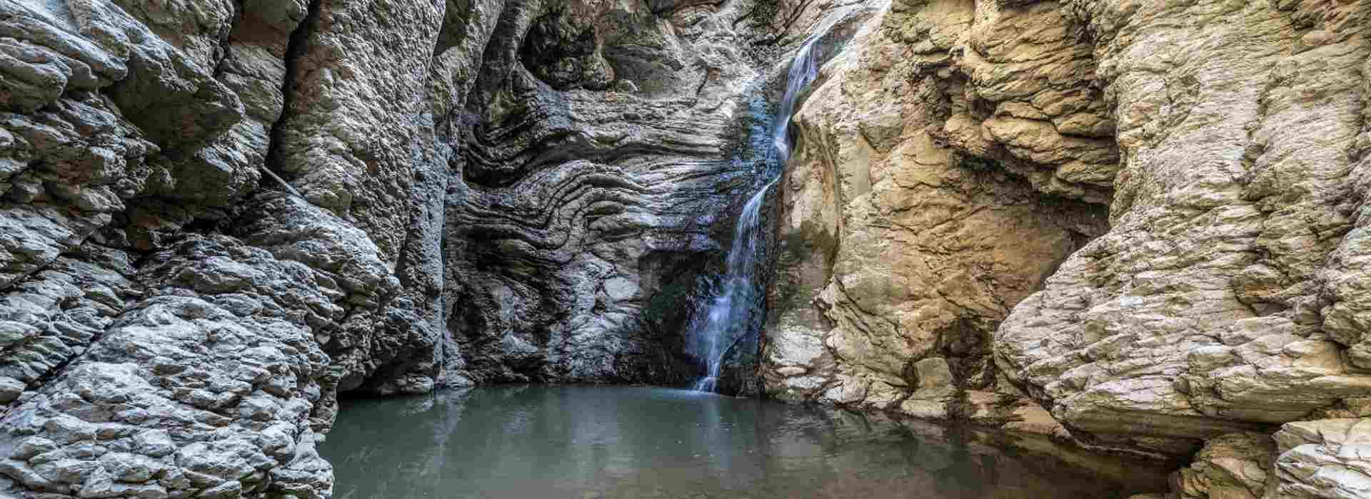 Abruzzo, la cascata di acqua di fogna nel 'paradiso verde'