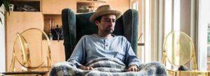 Giacomo Costa seduto in poltrona in attesa del tampone domiciliare