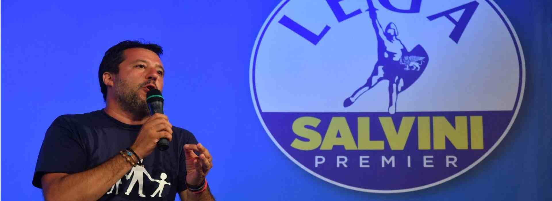 Matteo Salvini con il simbolo della Lega alle spalle