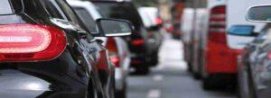 Automobili in coda sulla strada