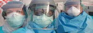 operatori sanitari a lavoro con maschere anti-covid