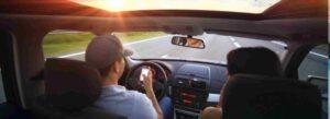 Autista che guida l'auto con lo smartphone