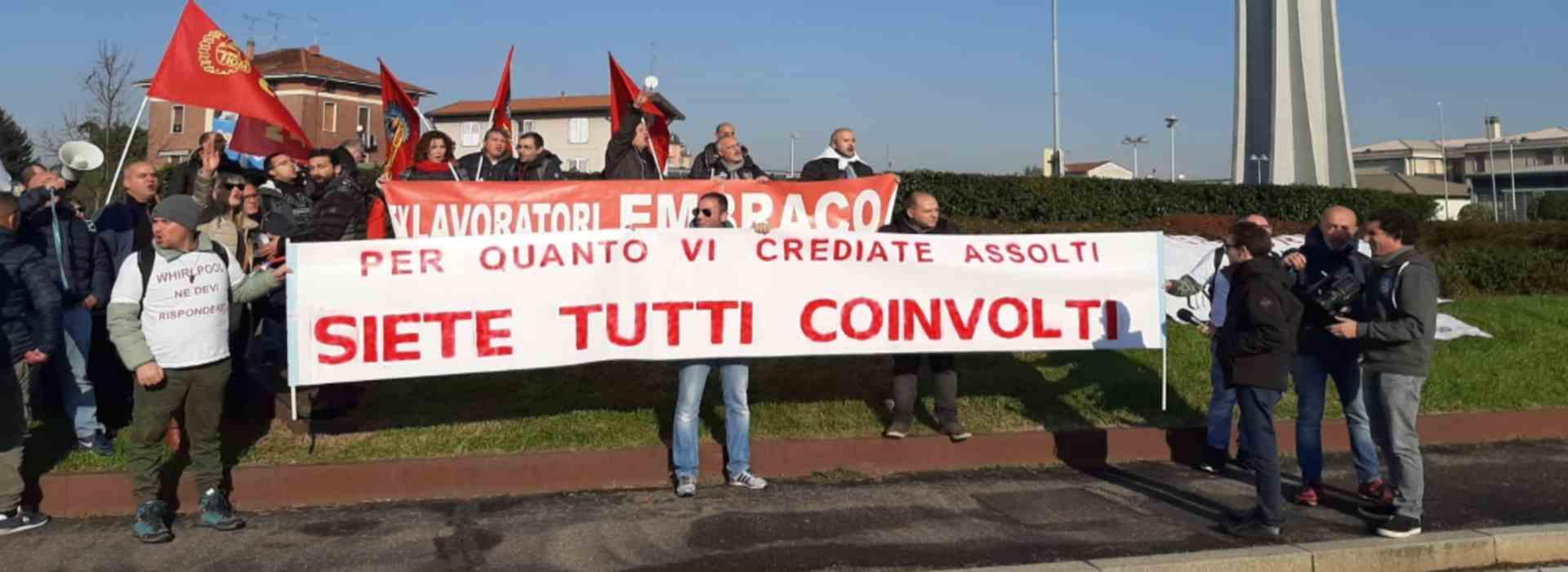 Lavoratori della Whirlpool in sciopero davanti all'azienda