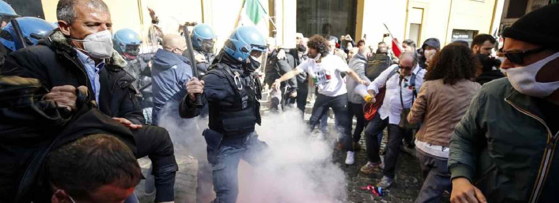 #Ioapro: scontri tra polizia e manifestanti a Roma - video