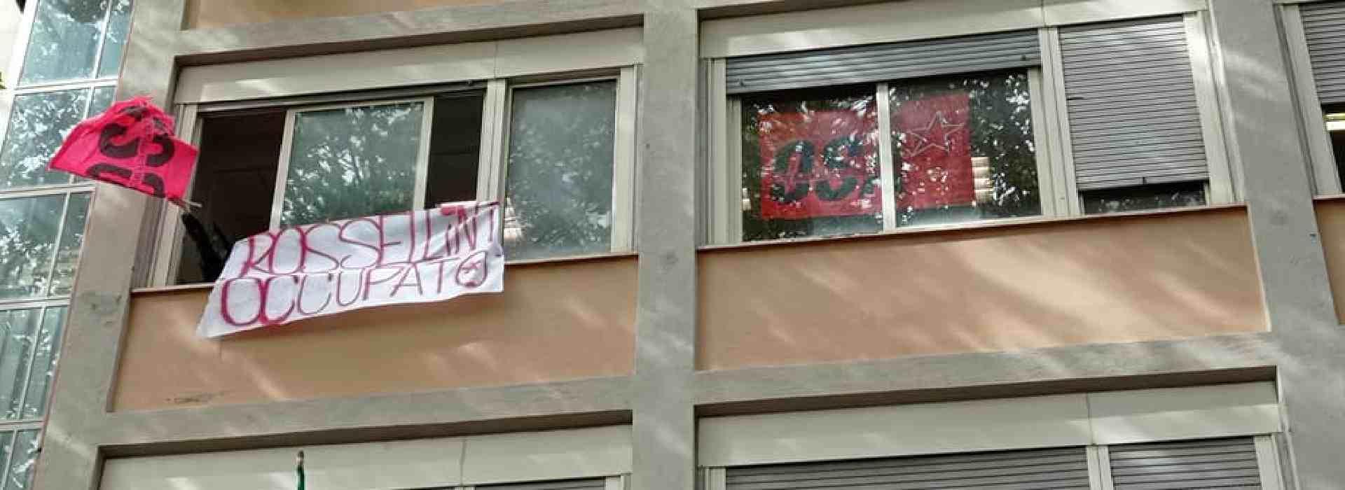 """Liceo Ripetta: polizia carica gli studenti. Una ragazza denuncia: """"palpeggiata da un agente"""""""