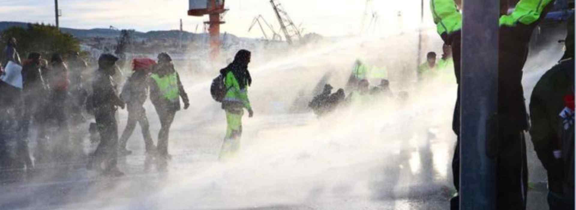 Porto di Trieste, lacrimogeni e idranti sui manifestanti: la polizia li sgombera